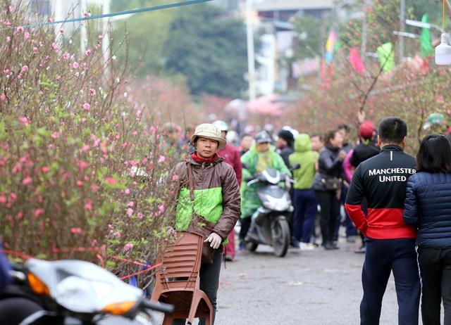 Tranh thủ cuối tuần, người Hà Nội đổ đến chợ hoa Quảng An mua sắm đông nghẹt thở - Ảnh 6.