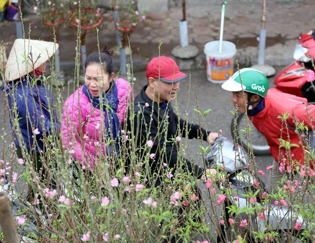 Tranh thủ cuối tuần, người Hà Nội đổ đến chợ hoa Quảng An mua sắm đông nghẹt thở - Ảnh 8.