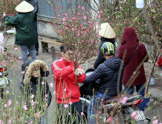 Tranh thủ cuối tuần, người Hà Nội đổ đến chợ hoa Quảng An mua sắm đông nghẹt thở - Ảnh 9.