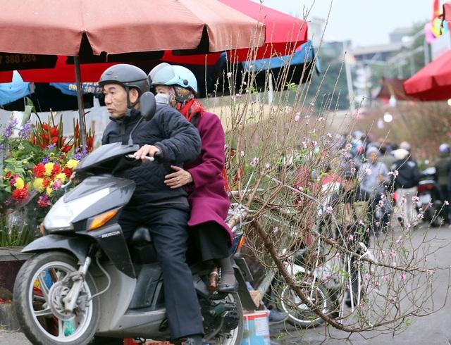 Tranh thủ cuối tuần, người Hà Nội đổ đến chợ hoa Quảng An mua sắm đông nghẹt thở - Ảnh 12.