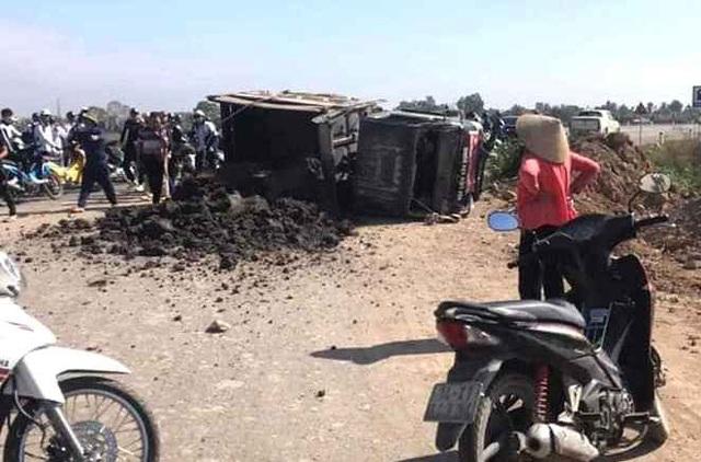 Quảng Ninh: Trên đường đi học về, nữ sinh lớp 10 bị xe chở bùn đất lật đè nguy kịch - Ảnh 1.