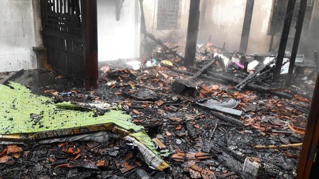 Hà Tĩnh: Đôi vợ chồng nghèo bất lực nhìn lửa thiêu rụi ngôi nhà - Ảnh 1.