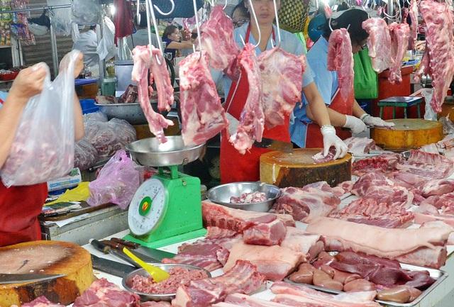 Cận Tết giá thịt lợn quay đầu giảm sốc, chị em lại vui vẻ đi chợ - Ảnh 2.