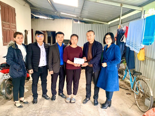 Báo Gia đình và Xã hội trao 34 suất quà Tết cho người nghèo huyện Nghi Xuân - Ảnh 2.