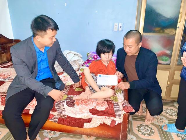 Báo Gia đình và Xã hội trao 34 suất quà Tết cho người nghèo huyện Nghi Xuân - Ảnh 1.