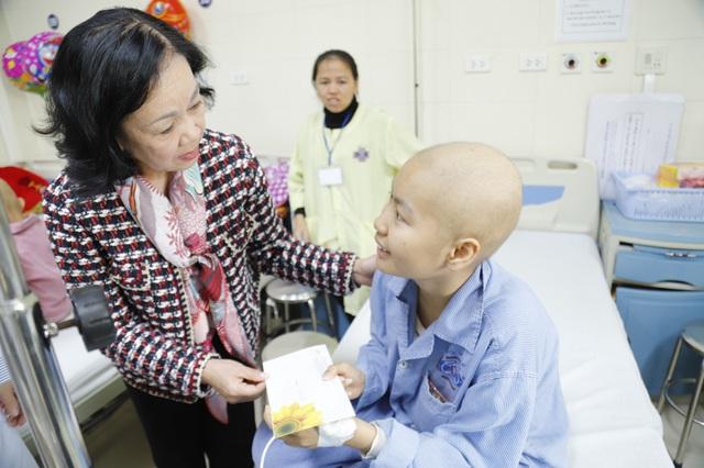 Trưởng ban Dân vận Trung ương thăm hỏi bệnh nhi ung thư chiều cuối năm  - Ảnh 1.