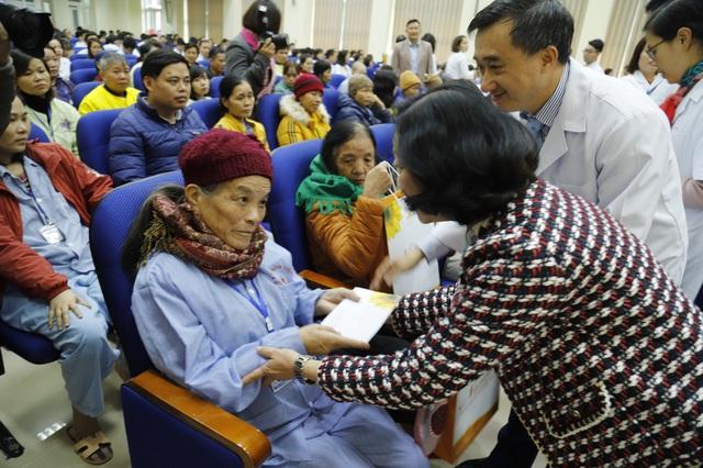 Trưởng ban Dân vận Trung ương thăm hỏi bệnh nhi ung thư chiều cuối năm  - Ảnh 2.
