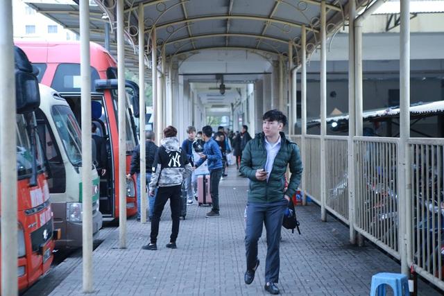 Choáng trước cảnh bến xe vắng tanh, xe xuất bến có đúng 2 khách ngày sát Tết - Ảnh 1.
