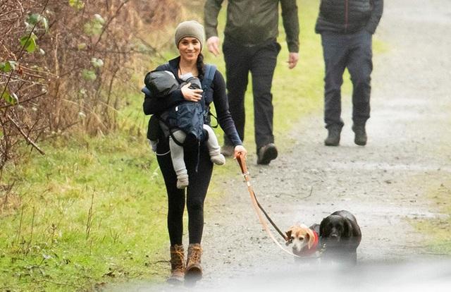 Meghan Markle tươi cười địu con, dắt chó đi dạo giữa những thị phi bao vây hoàng gia Anh - Ảnh 1.