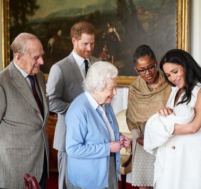 Nữ hoàng buồn khi Archie bị tách khỏi hoàng gia - Ảnh 1.