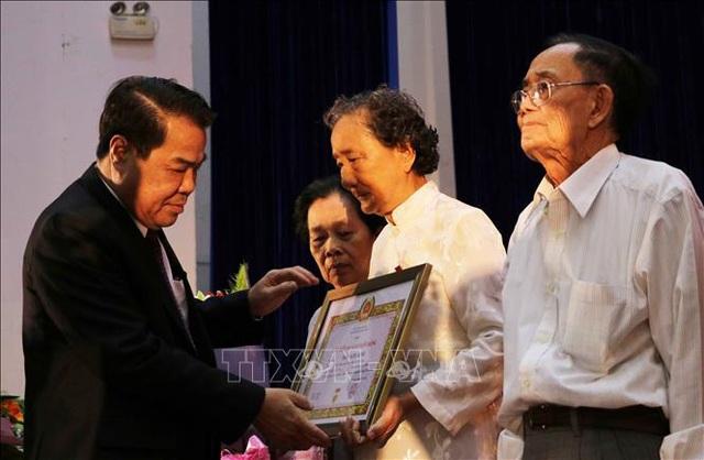 Cà Mau trao Huy hiệu Đảng tặng 43 đảng viên cao niên  - Ảnh 1.