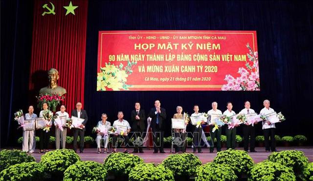 Cà Mau trao Huy hiệu Đảng tặng 43 đảng viên cao niên  - Ảnh 2.