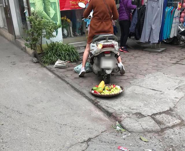Vụ người phụ nữ mang thai phi xe cán nát mẹt hoa quả của người bán hàng rong: Nhân viên cửa hàng quần áo lên tiếng - Ảnh 2.