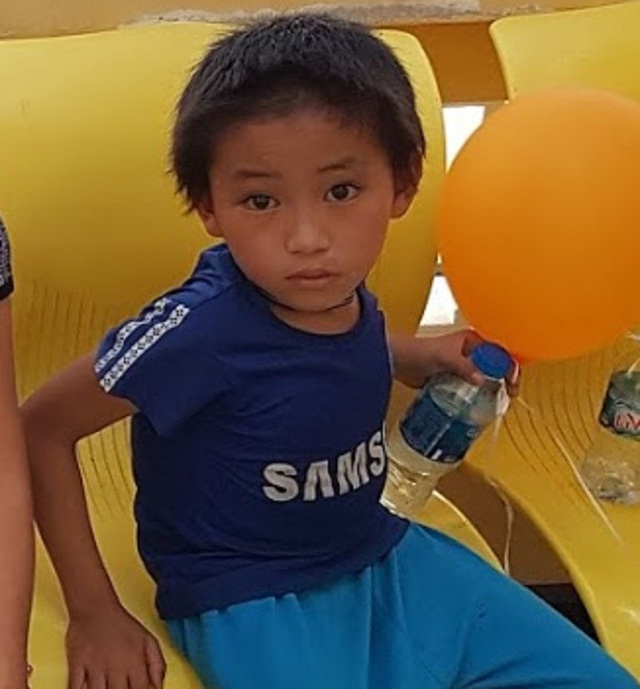 Cậu bé nghèo cõng khối u đi học nhận quà đầu xuân của độc giả Báo Gia đình & Xã hội gửi tặng - Ảnh 2.
