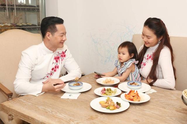 Chồng Phan Như Thảo dọn nhà, nấu cơm tất niên - Ảnh 11.