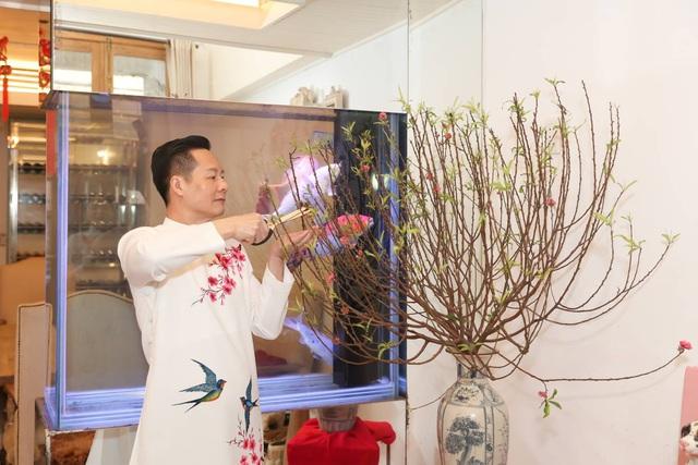 Chồng Phan Như Thảo dọn nhà, nấu cơm tất niên - Ảnh 4.