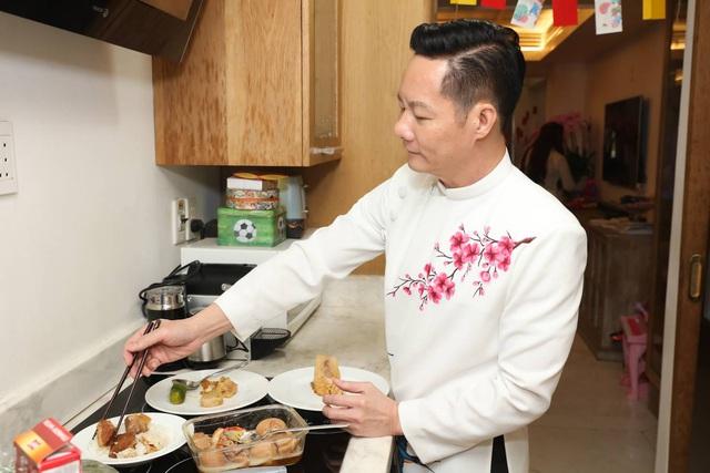 Chồng Phan Như Thảo dọn nhà, nấu cơm tất niên - Ảnh 9.