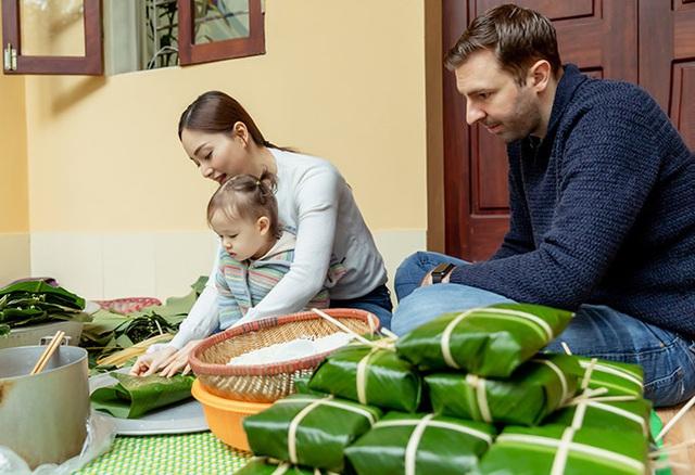 Chồng Tây của Lan Phương học gói bánh chưng - Ảnh 2.