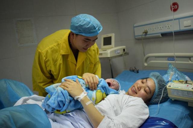 Đáng yêu những em bé chào đời đúng khoảnh khắc bước sang năm Canh Tý - Ảnh 2.