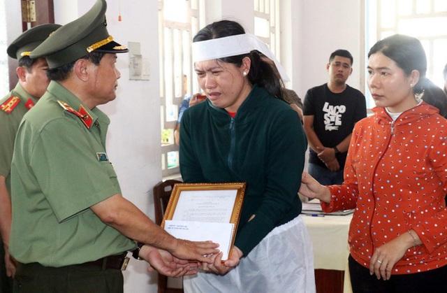 Thăng quân hàm cho đại úy công an hy sinh chiều 30 Tết - Ảnh 2.