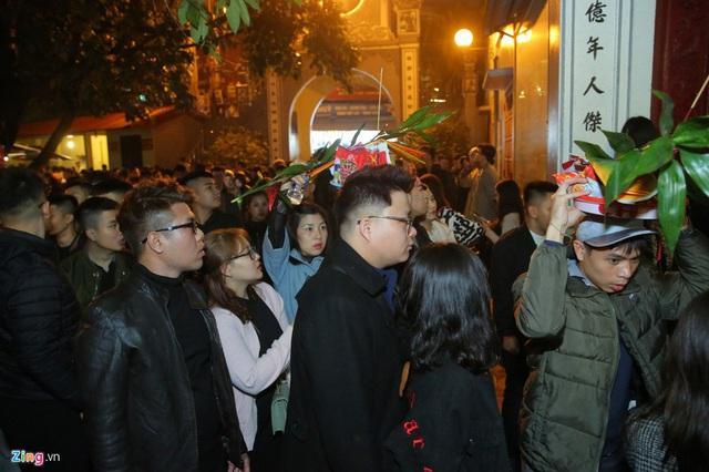 Người dân đeo khẩu trang đi lễ phủ sau giao thừa - Ảnh 3.