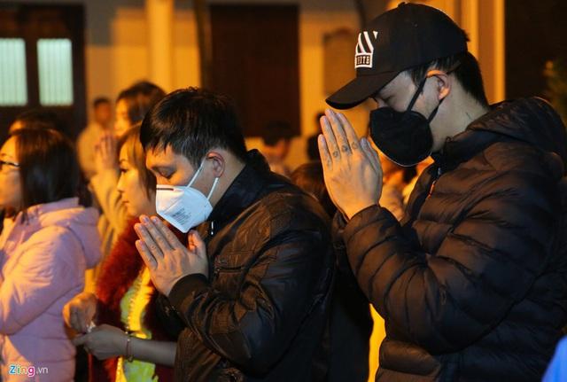 Người dân đeo khẩu trang đi lễ phủ sau giao thừa - Ảnh 7.