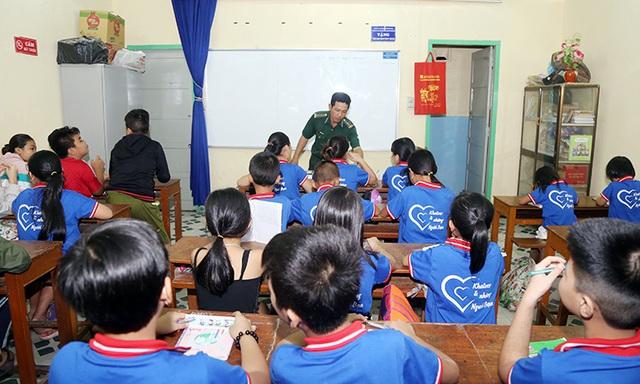 Lớp học xóa mù chữ của lính biên phòng  - Ảnh 1.