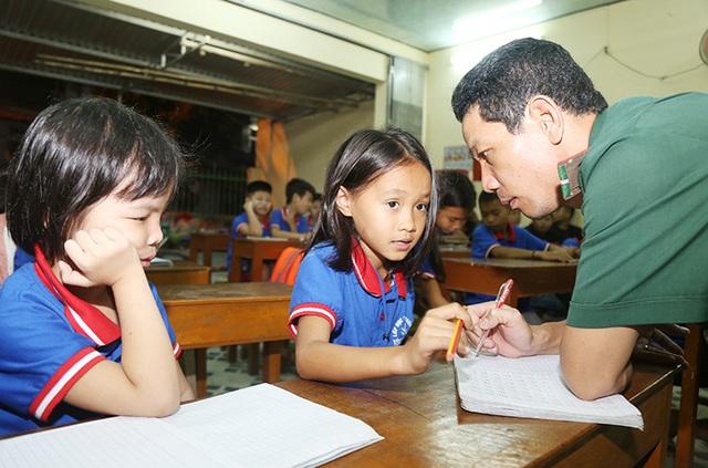 Lớp học xóa mù chữ của lính biên phòng  - Ảnh 2.