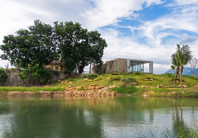 Ngôi nhà ở Cam Ranh nửa nổi nửa chìm trên đồi đá  - Ảnh 1.
