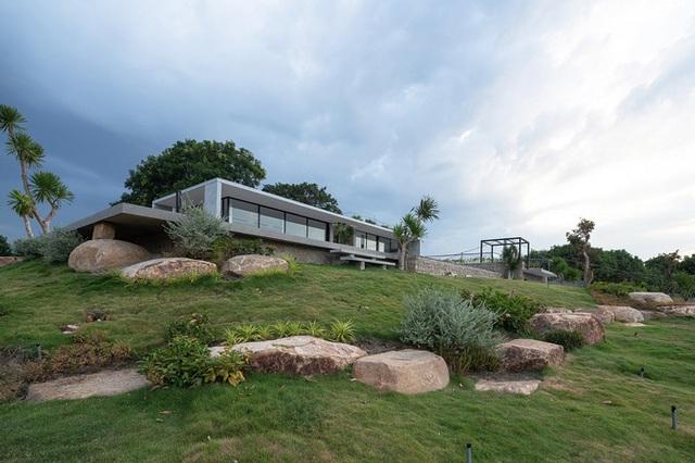Ngôi nhà ở Cam Ranh nửa nổi nửa chìm trên đồi đá  - Ảnh 2.