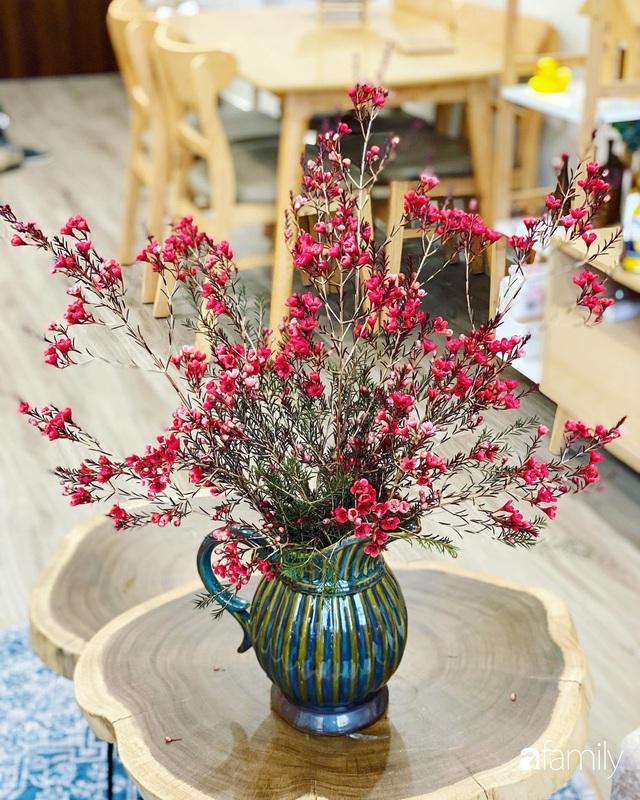 Căn hộ 76,9m² ấm áp với đủ loại hoa và nội thất gỗ ở Mỹ Đình, Hà Nội - Ảnh 12.