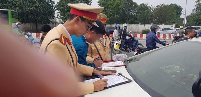 Hà Nội: Vừa mua xe ô tô, chủ xe bị phạt 40 triệu, tước GPLX 2 năm do vi phạm nồng độ cồn - Ảnh 2.