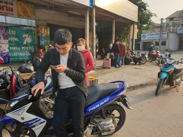 Hà Tĩnh: Hành khách chật vật chờ xe vào Nam ra Bắc sau Tết Nguyên đán - Ảnh 1.