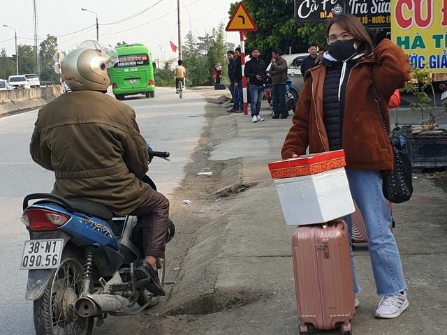 Hà Tĩnh: Hành khách chật vật chờ xe vào Nam ra Bắc sau Tết Nguyên đán - Ảnh 4.