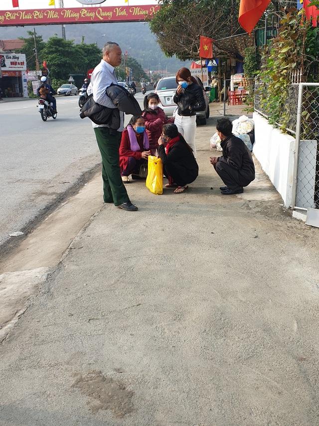 Hà Tĩnh: Hành khách chật vật chờ xe vào Nam ra Bắc sau Tết Nguyên đán - Ảnh 3.