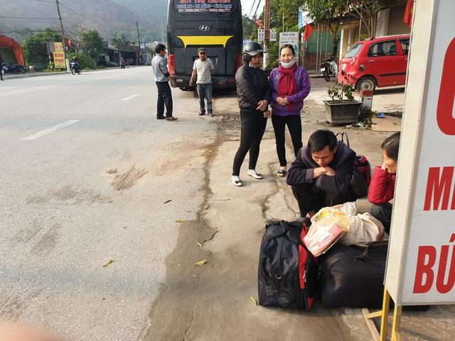 Hà Tĩnh: Hành khách chật vật chờ xe vào Nam ra Bắc sau Tết Nguyên đán - Ảnh 5.