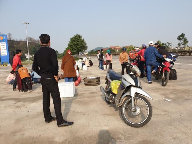 Hà Tĩnh: Hành khách chật vật chờ xe vào Nam ra Bắc sau Tết Nguyên đán - Ảnh 6.