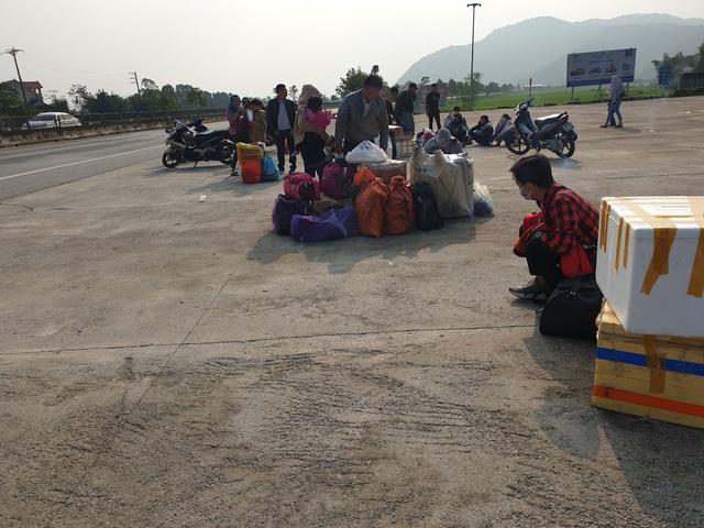 Hà Tĩnh: Hành khách chật vật chờ xe vào Nam ra Bắc sau Tết Nguyên đán - Ảnh 7.