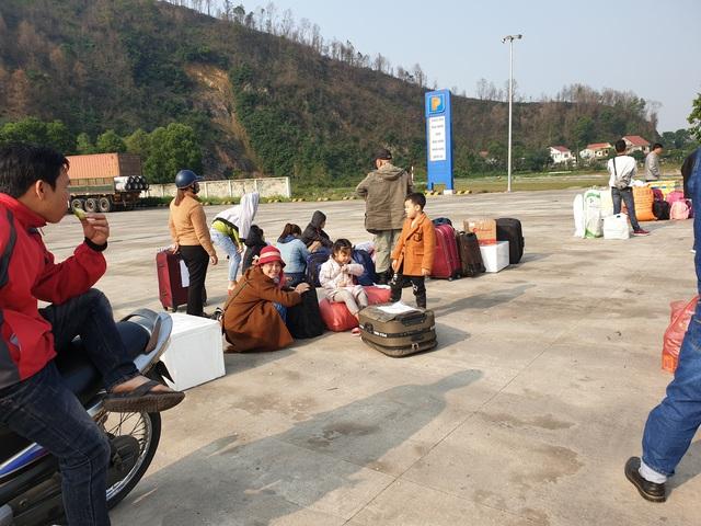 Hà Tĩnh: Hành khách chật vật chờ xe vào Nam ra Bắc sau Tết Nguyên đán - Ảnh 2.