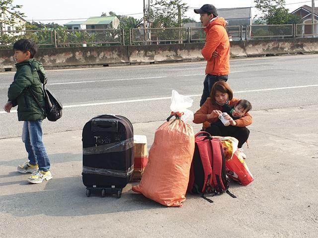 Hà Tĩnh: Hành khách chật vật chờ xe vào Nam ra Bắc sau Tết Nguyên đán - Ảnh 8.