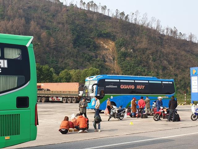 Hà Tĩnh: Hành khách chật vật chờ xe vào Nam ra Bắc sau Tết Nguyên đán - Ảnh 9.