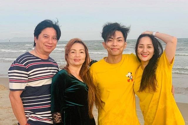 Khánh Thi đưa bố mẹ chồng đi tắm biển - Ảnh 1.