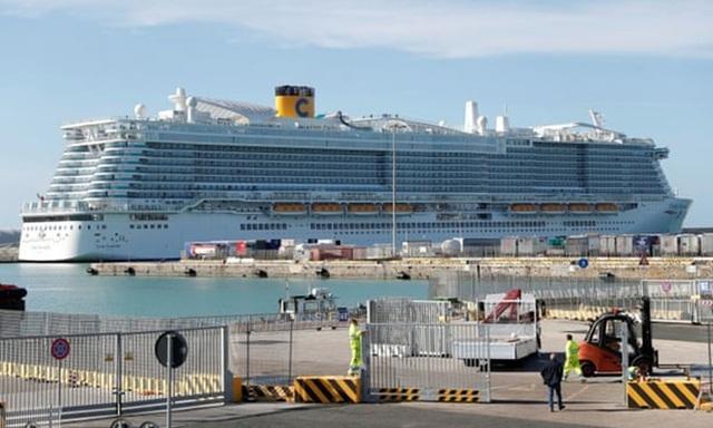 Du thuyền 7.000 người bị phong tỏa vì virus viêm phổi  - Ảnh 1.