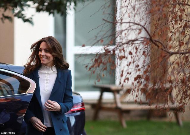 Hình ảnh mới nhất của Công nương Kate: Ngoại hình đặc biệt gây chú ý lấn át luôn cả chuyện xấu trong gia đình hoàng gia Anh - Ảnh 3.