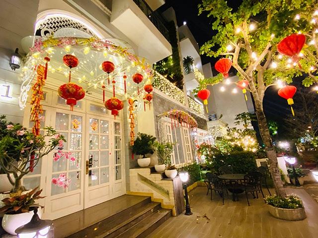Nhìn cách trang trí biệt thự dịp Tết mới thấy cuộc sống xa hoa của cựu người mẫu Việt nổi tiếng nhất nhì thập niên 90 - Ảnh 3.