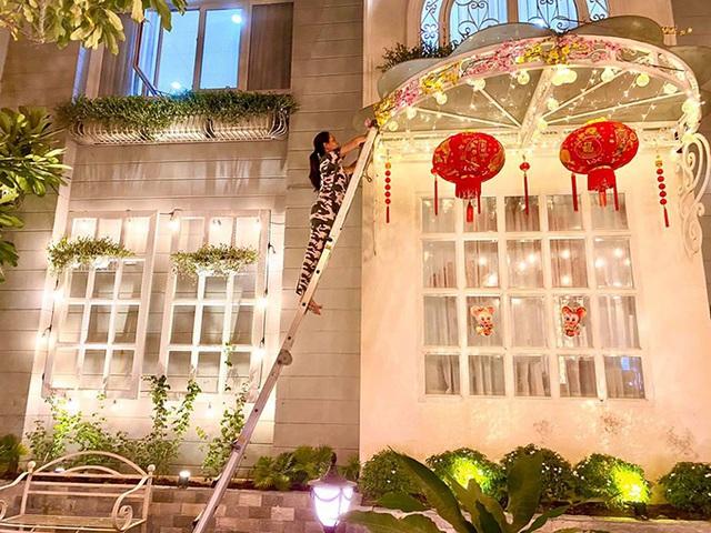 Nhìn cách trang trí biệt thự dịp Tết mới thấy cuộc sống xa hoa của cựu người mẫu Việt nổi tiếng nhất nhì thập niên 90 - Ảnh 7.