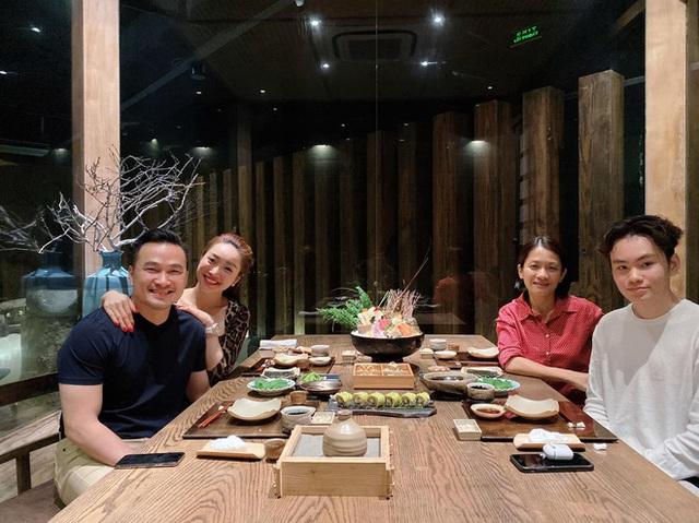 Chi Bảo đi ăn cùng vợ cũ và bạn gái mới - Ảnh 1.