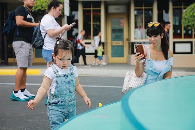 Gia đình Hà Anh dạo chơi Singapore - Ảnh 2.