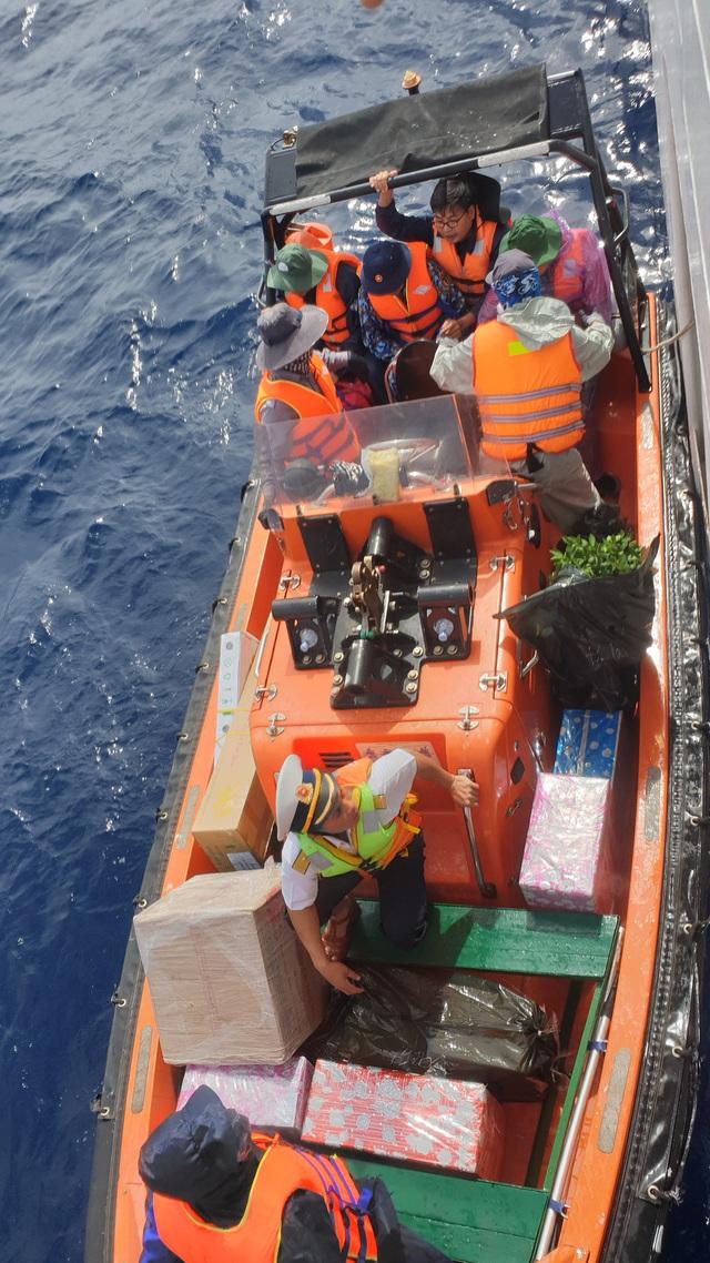 Vượt trùng khơi mang Tết đến với quân dân ở huyện đảo Trường Sa - Ảnh 6.