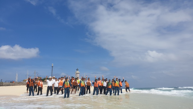 Vượt trùng khơi mang Tết đến với quân dân ở huyện đảo Trường Sa - Ảnh 15.